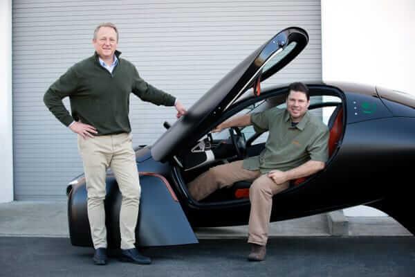 Chris Anthony (à direita), CEO da Aptera Motors e criador do primeiro carro elétrico movido a energia solar sem recarga.