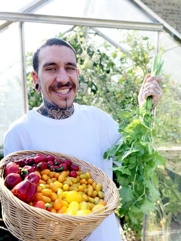 Em sua horta em casa, Alessandro conseguiu cultivar diversos vegetais, como cebolinhas, pimentões e fava. (Divulgação/SWNS)