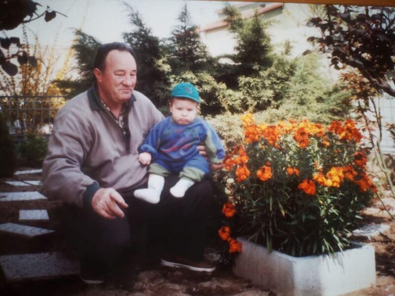 O avô foi a grande inspiração de Alessandro para montar sua horta em casa. (Divulgação/SWNS)