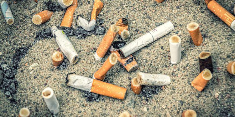 Bitucas de cigarro areia