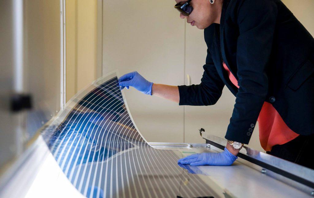 Já em relação à produção do painel solar, o processo é ainda mais simples, visto que prensas similares às usadas em jornais garantem às cinco camadas de tintas necessárias ao filme de plástico.