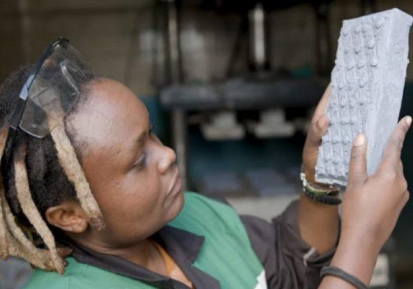 Engenheira queniana criou tijolos de plastico 7 vezes mais fortes que o concreto