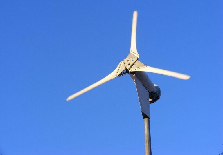 A tecnologia utilizada para armazenar energia eólica, é caracterizada por torres de até 120m de altura, construídas com blocos de concreto.
