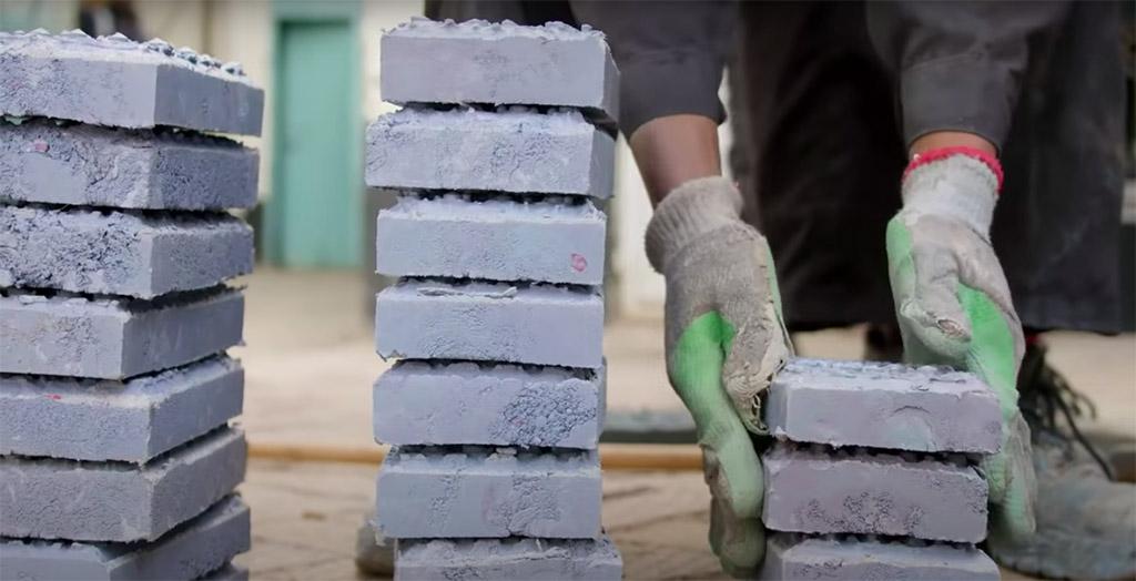 Além dos formatos, as cores e espessuras do tijolo sustentável também podem ser alteradas, de acordo com a preferência do cliente.